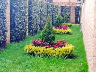 Un ramo de flores en un jardín en un jardín en Casa en venta en Casco Urbano Chía con acceso a BBQ