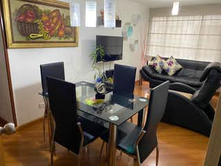 Una sala de estar llena de muebles y una televisión de pantalla plana en BOGOTA VENDO APARTAMENTO PASADENA 57 MTS