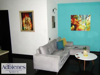 Una sala de estar llena de muebles y una pintura en EDIFICIO AMBAR