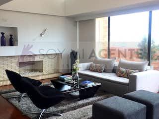Una sala de estar llena de muebles y una ventana en Penthouse Dúplex en Reserva Natural Piemonte - Altos de Suba