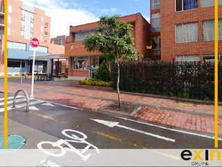 Una esquina con una señal de calle y un edificio en APARTAMENTO EN VENTA EN GRAN GRANADA