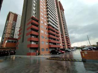Un edificio alto sentado al lado de un edificio alto en VENTA APARTAMENTO PORTOAMERICAS