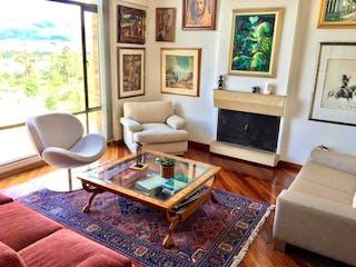 Una sala de estar llena de muebles y una chimenea en Apartamento En Venta En Bogota Balcón De Lindaraja
