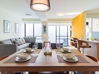 Una sala de estar llena de muebles y una mesa en Vida Jacarandas