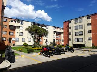 Un grupo de motocicletas estacionado delante de un edificio en VENTA DE APARTAMENTO EN TOBERN