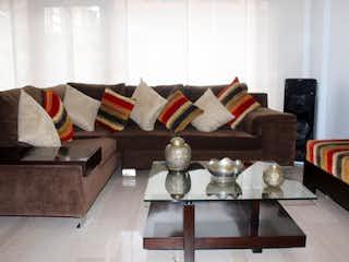 Una sala de estar llena de muebles y una mesa de café en Venta casa Colina Campestre, Bogotá