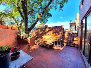Un banco de madera sentado en medio de una acera en Apartamento en Venta Bosque de Pinos 3 Habitaciones