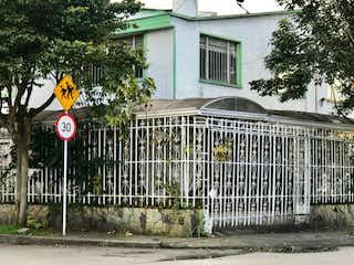 Una señal en blanco y negro en el lado de un edificio en VENTA CASA NORMANDIA BOGOTA
