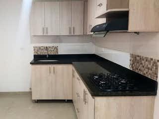 Cocina con fogones y microondas en Apartamento en venta en Rosales de tres alcobas