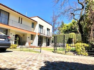 Un gran edificio con un gran edificio en el fondo en Amplia casa en venta en Nubes de Jardines del Pedregal  Álvaro Obregón Cdmx