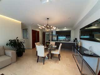Una sala de estar llena de muebles y una lámpara de araña en Venta departamento en Anahuac - Hares