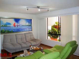 Una sala de estar llena de muebles y una gran ventana en El Yerbal
