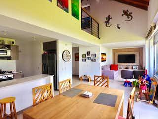Una sala de estar llena de muebles y una mesa en Casa en venta en Santa Helena de 4 habitaciones