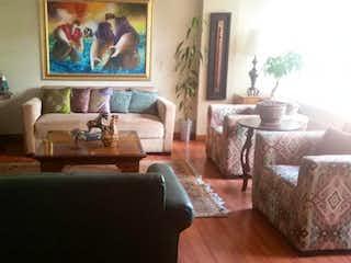 Una sala de estar llena de muebles y una ventana en Apartamento en venta en El Tesoro de 200m²
