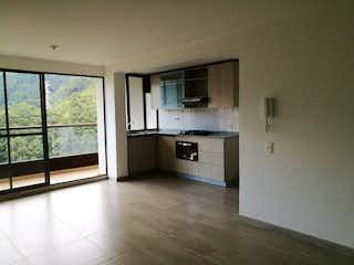 Una cocina con nevera y una ventana en Apartamento En Venta En Sabaneta Sabaneta