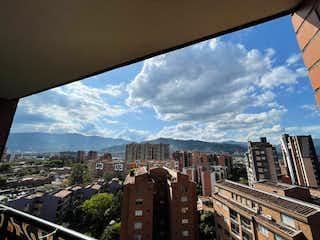 Una vista de una ciudad con un edificio en el fondo en Venta de Apartamento Villa Grande, Envigado