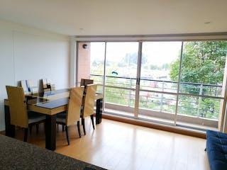 Una sala de estar llena de muebles y una gran ventana en VENTA APARTAMENTO HAYUELOS