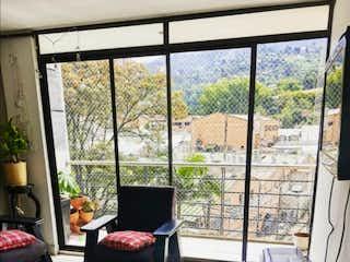 Una sala de estar llena de muebles y una ventana en Venta de Apartamento en los Acaseres  Sabaneta PH