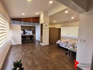 Una habitación que tiene un sofá y una mesa en él en CONTINENTAL
