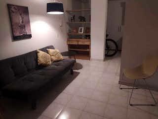 Una sala de estar llena de muebles y una lámpara en Apartamento en venta en Simón Bolívar, de 50mtrs2