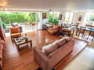 Una sala de estar llena de muebles y una gran ventana en Casa en venta en San Lucas, de 245mtrs2