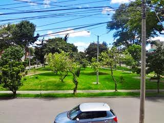Un coche estacionado en el lado de la carretera en VENTA CASA QUINTA PAREDES