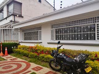 Una motocicleta estacionada delante de un edificio en Casa en venta en Chicó Navarra de 689m²