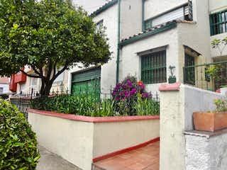 Una planta en maceta sentada delante de una casa en CASA EN VENTA CEDRO GOLF