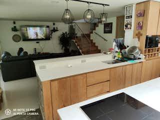 Una cocina con lavabo y microondas en Casa en venta en Parque con Zonas húmedas...