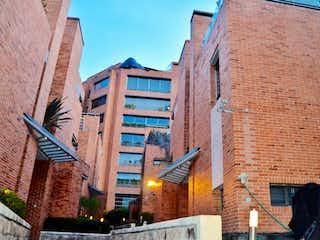 Un edificio de ladrillo con un letrero en la calle en CASA EN VENTA ALTOS DEL RETIRO 580M2