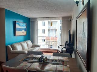Una sala de estar llena de muebles y una televisión de pantalla plana en Suba La Campia, Apartamento en venta en La Campiña de 3 habitaciones