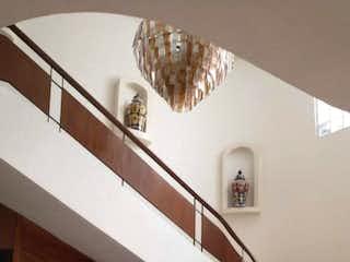 Una persona sentada en un sofá en una sala de estar en Casa en venta de 355 mts en Anzures con 3 habitaciones