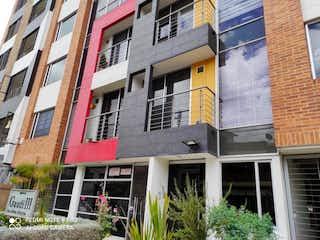 Un edificio de ladrillo rojo con una ventana grande en Apartamento En Venta En Bogota Muzú