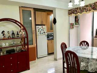 Una cocina con una mesa y una nevera en Apartamento en venta de 61.65m2 en La Estrella, Antioquia
