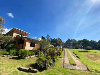 Una vista de un campo con un edificio en el fondo en Finca En Venta En Tabio Tabio Vereda Santuario