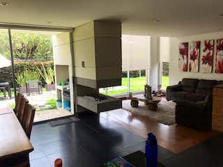 Una sala de estar llena de muebles y una gran ventana en Hermosa Casa para la venta en Condominio Campestre, Chia