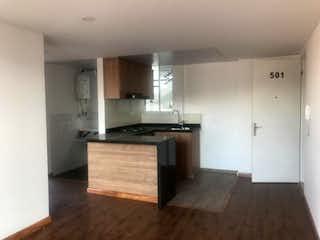 Una cocina con suelos de madera y armarios de madera en Apartamento Nuevo en venta, Chia