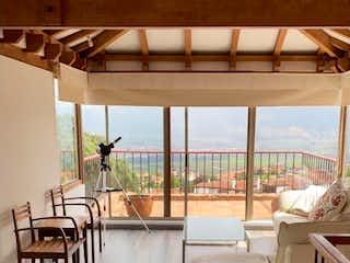 Un baño con un gran ventanal y un gran ventanal en En venta, Linda Casa en Exclusivo Condominio Campestre Chia