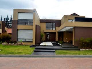 Un pequeño edificio blanco con un techo blanco en ¡Hermosa Casa en Venta! en Condominio Campestre, Cerca de Piedra Chía