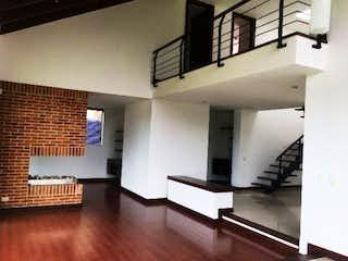 Una habitación que tiene un sofá y una mesa en él en ¡Super Oportunidad! Hermosa Casa en venta Condominio Campestre Chia
