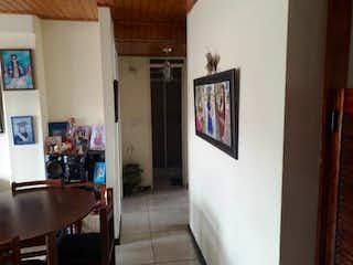 Una vista de una sala de estar y una sala de estar en Apartamento en venta en Barrio Restrepo de 3 habitaciones