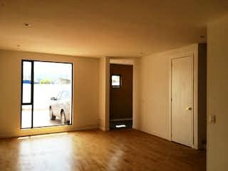 Una habitación que tiene una ventana en ella en Hermosa Casa venta en Condominio Club House Chia
