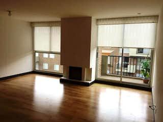 Una sala de estar con suelos de madera dura y una ventana en Apartamento en venta en Casco Urbano Chía con Jardín...