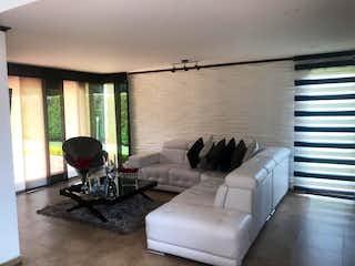 Una sala de estar llena de muebles y una ventana en Se vende casa, Los Clubes