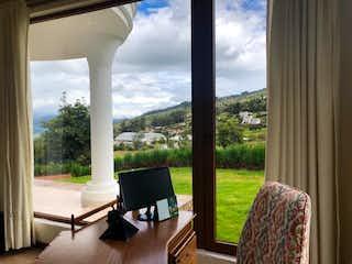 Una sala de estar con vistas a la vista en Se vende Hermosa casa, Yerbabonita Bosque Nativo
