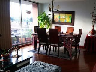 Una sala de estar llena de muebles y una televisión de pantalla plana en Apartamento en venta en Barrio Usaquén con Gimnasio...