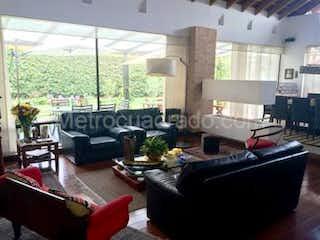 Una sala de estar llena de muebles y una gran ventana en Hermosa Casa en Venta, Exclusivo condominio en Cerca de Piedra, Chia