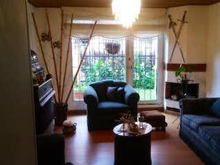 Una sala de estar llena de muebles y una ventana en En Venta Casa en Cedro Golf, Bogota