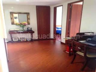 Una sala de estar llena de muebles y una televisión de pantalla plana en Apartamento en venta en Niza Norte de 2 alcobas