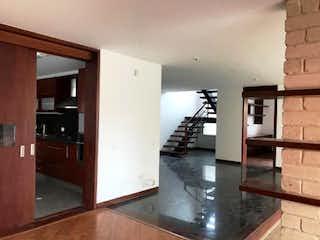 Cocina con nevera y microondas en Amplia Casa en Condominio Campestre Guaymaral, en Venta, Chia